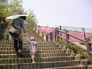 階段を登る第一子