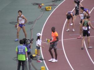 花束をもらう男子400mハードル優勝CLEMENT