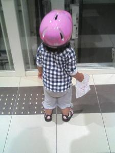ヘルメット姿で阪急西宮ガーデンズを徘徊する第一子