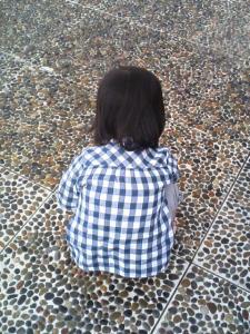 噴水で遊ぶ第一子