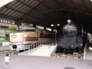 キハ81形ディーゼルカー(左)とC62形蒸気機関車