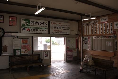 大屋駅駅舎待合室
