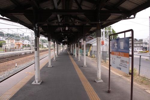 大屋駅1番線ホーム途中の風景