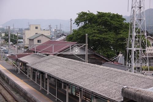 大屋駅跨線橋から望む駅舎