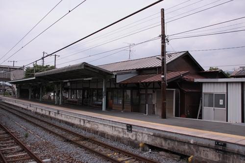 田中駅2番線・3番線ホームから眺めた駅舎