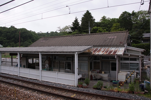 信濃追分駅2番線から眺めた駅舎