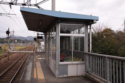 厚中問屋駅ホーム待合所