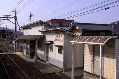 ホームから望む駅舎