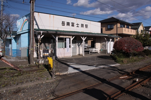 岳南富士岡駅駅舎裏手
