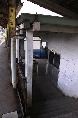 水口石橋駅駅舎内階段