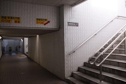 県総合運動場駅3番線・4番線ホーム階段