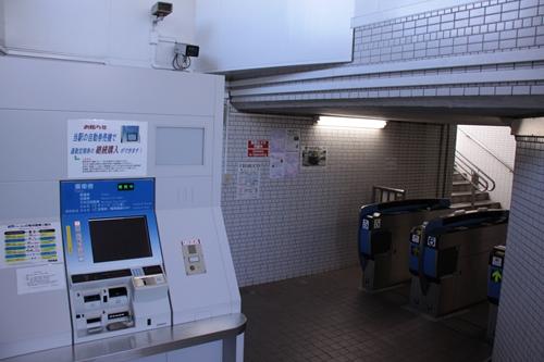 県総合運動場駅北口内部