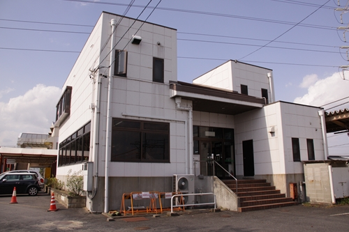 暁学園前駅駅舎背面