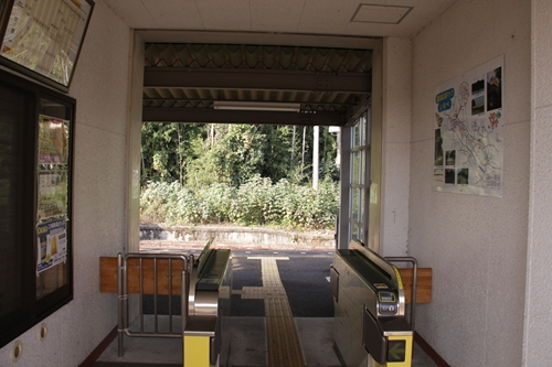 麻生田駅駅舎内