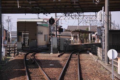 在良駅踏切から望むホーム