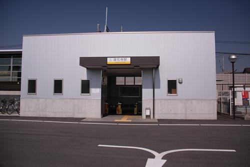 蓮花寺駅駅舎正面