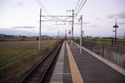 河辺の森駅ホーム米原方面
