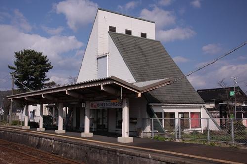 丹後神崎駅2番線ホームから見た駅舎
