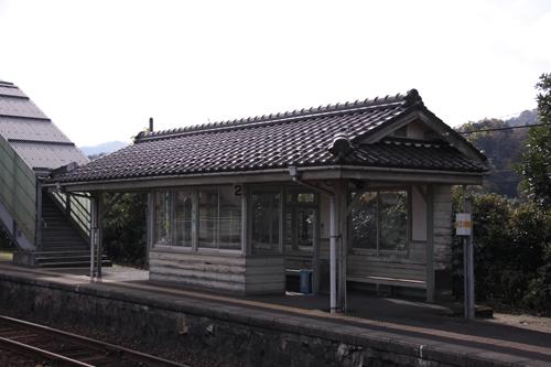 栗田駅2番線ホーム待合所全景