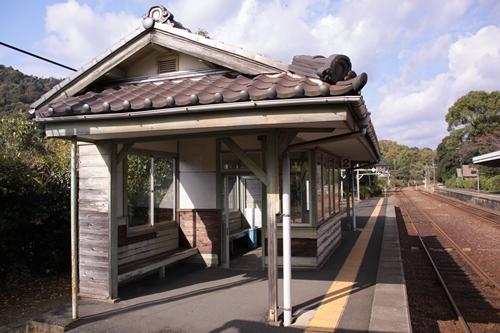 栗田駅2番線ホーム待合所近景