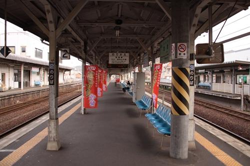 宮津駅2番線・3番線ホーム跨線橋入口から西舞鶴方面を望む