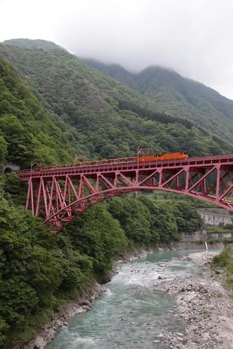 新山彦橋を走るトロッコ