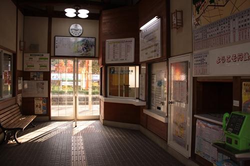 木津温泉駅駅舎内