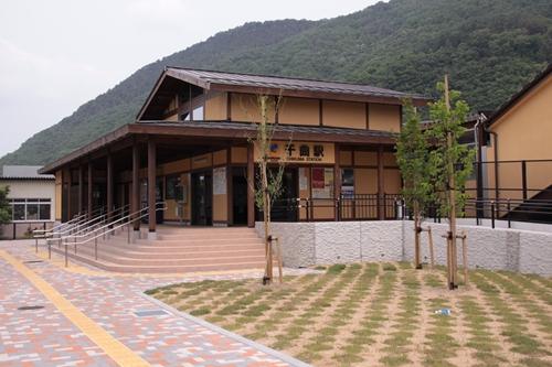 千曲駅駅舎近景