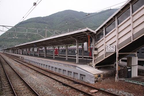 戸倉駅2番線・3番線ホーム全景