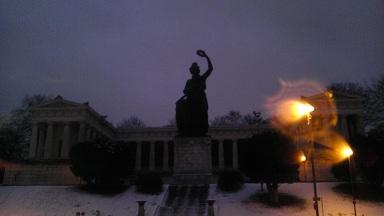 Shrunk ミュンヘン 広場の銅像