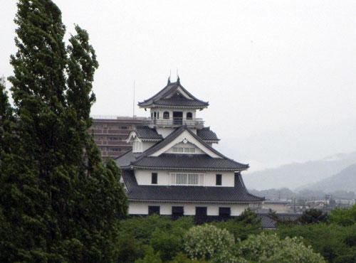 ホテルから長浜城を見る