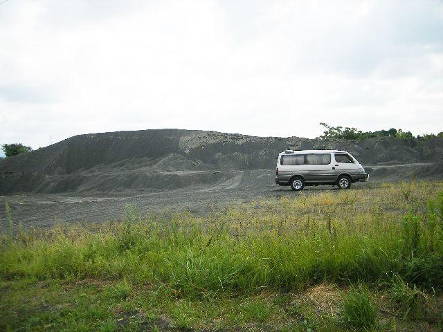 空き地に聳えるスラグの山 秋田市最高峰(嘘)
