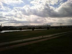 トラス橋を渡る都営10-000形