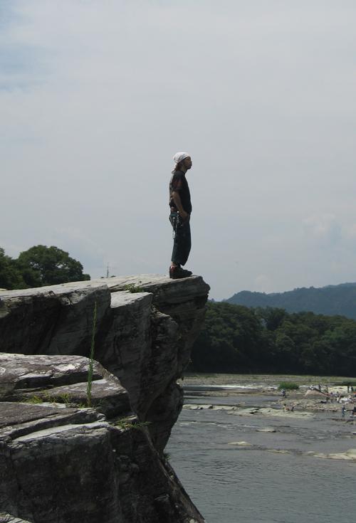 親鼻橋の下の岩の上で