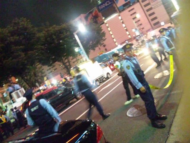 新宿アルタ前のデモと警官隊と奥に機動隊