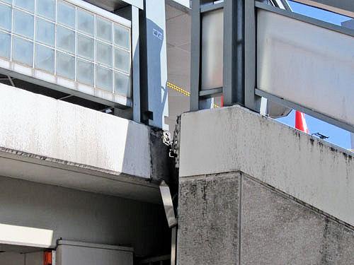 亀裂が入ってしまった駅の階段