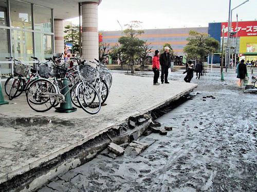 地盤沈下による段差と液状化の泥