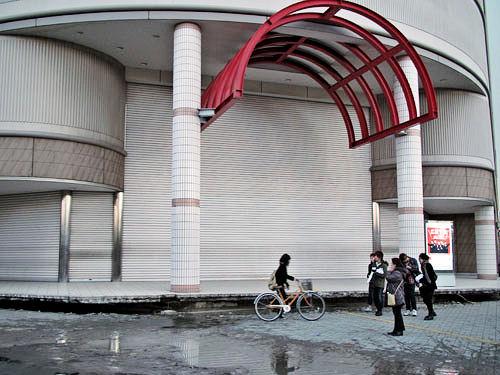地盤沈下した大型商業施設入口