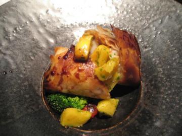赤座江井と燻した若鶏のソテー フマツタケをのせて マンゴーと木の芽、バルサミコのソース