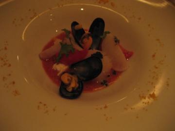 海の幸のズッパ ガスパチョ仕立て 自家製リコッタチーズトマンゴー、ラルドコロナータを添えて