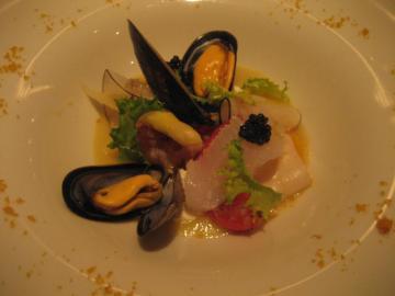 海の幸のズッパ 根セロリのピューレ 自家製リコッタチーズトマンゴー、ラルドコロナータを添えて