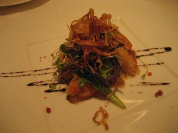 北海道産ホタテ貝のアーモンド焼きキャラメリゼした洋梨のほろ甘いピューレにバルサミコ酢のソース