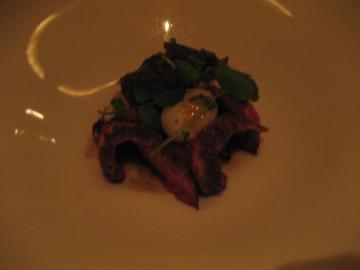 シャラン産カモ肉とかりっと焼上げたブリオッシュパンに黒トリュフをたっぷりのせて 半熟卵と茸類を添えて