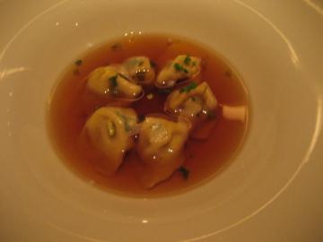トルティーニ イン ブロード(お肉を詰めた小さなラビオリをスープに浮かべた エミリア・ロマーニャ州のクリスマスの定番のお料理)