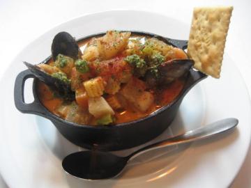 角切り野菜と魚貝のクリームスープ トマト風味