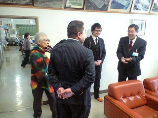 左より熊谷先生、葛巻理事長、高橋新くん、校長先生