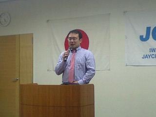 イチロウ理事長よりあいさつ(背広脱いで!)
