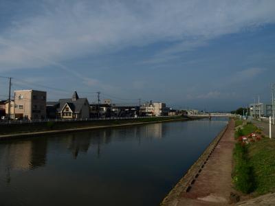 酒田市の新井田川(中ノ口橋より)