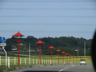 楢葉町、仏坊から天神岬スポーツ公園に至る町道に連なる赤の街灯
