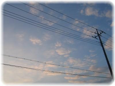 空は電線で仕切られて